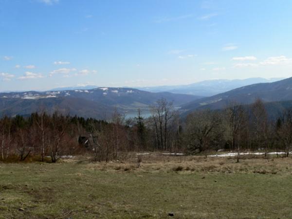Widok w stronę jeziora Międzybrodzkiego w oddali Babia Góra